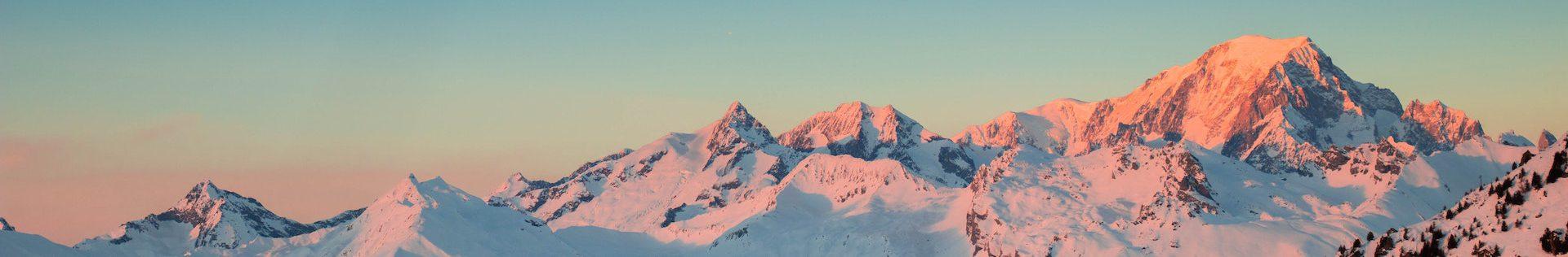 szczyty zaśnieżonych gór
