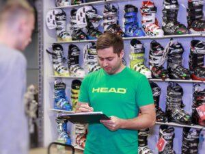 Michał przeprowadza wywiad z kilientem podczas doboru butów narciarskich. Wypełnia formularz doboru butów. Pytania dotyczą wagi, wzrostu, poziomu usportowienia, doświadczenia narciarskiego, używanego sprzętu, stylu jazdy, kontuzji i innych informacji